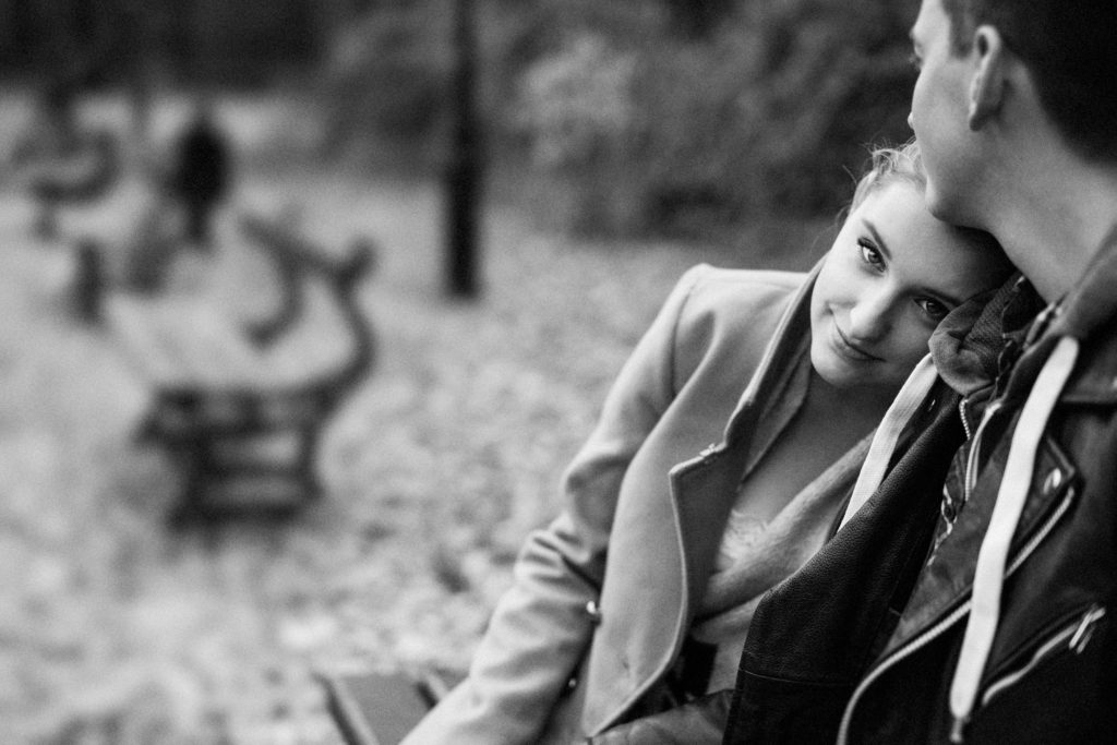 sesja zaręczynowa jesienna zaręczyny fotograf ślubny łódź warszawa park zakochani sesja dla zakochanych zaręczonych