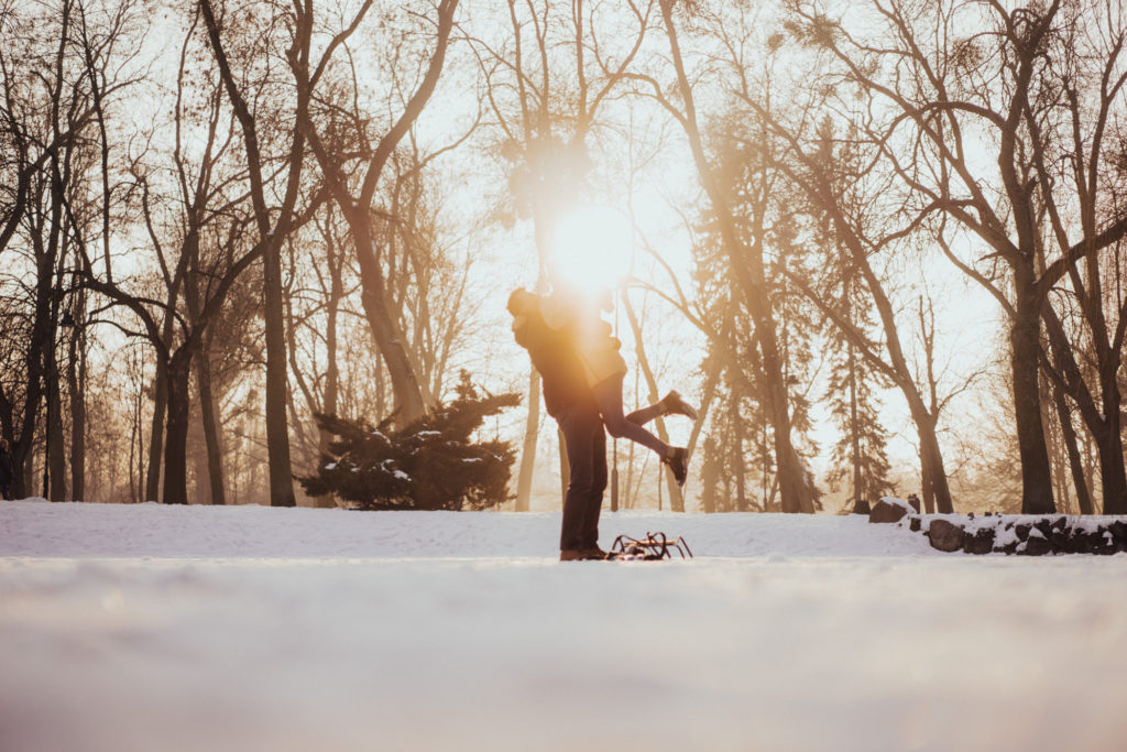 fotograf na wesele łódź warszawa sesja zaręczynowa zimowa park drinki zima plener zimowy miłość w obiektywie wzruszająca sesja sanki śnieg zabawa