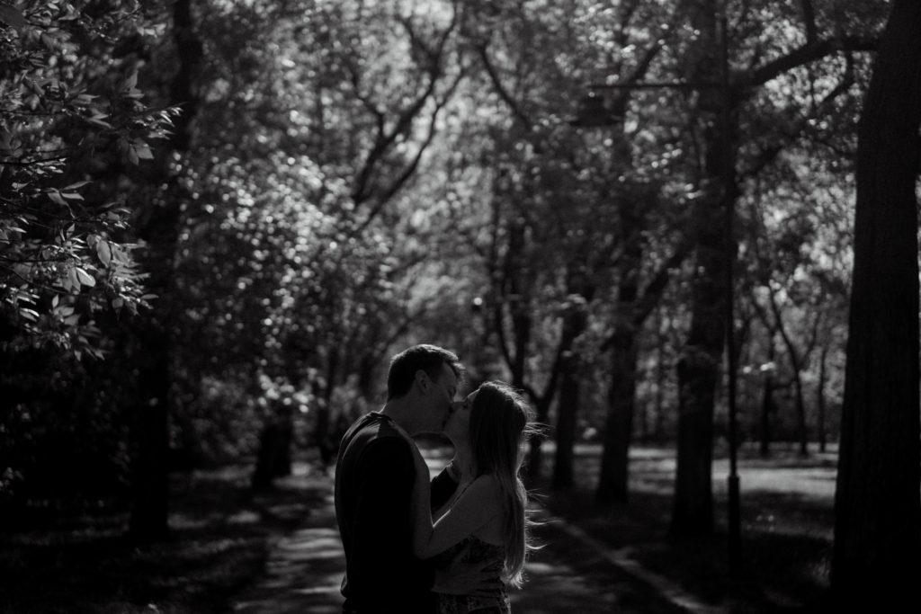 wiosenna sesja narzeczeńska alejka pocałunek fotograf ślubny łódź warszawa