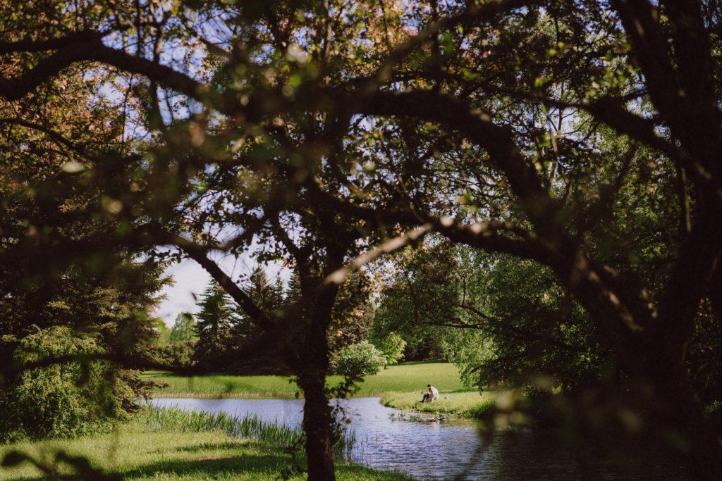 wiosenna sesja narzeczeńska zaręczynowa drzewa park woda fotograf ślubny łódź warszawa